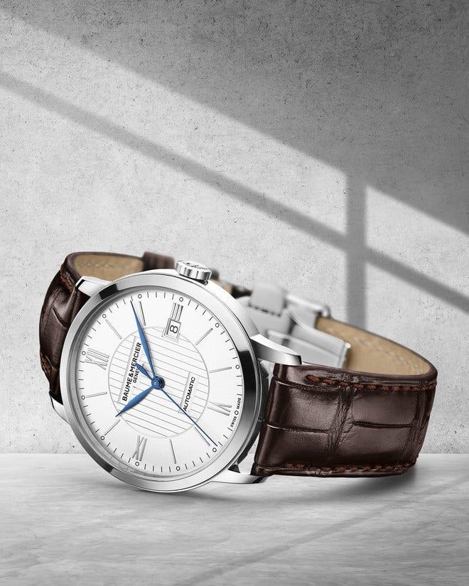 Herrenuhr Baume & Mercier Classima Automatik 40mm mit silberfarbenem Zifferblatt und Alligatorenleder-Armband bei Brogle