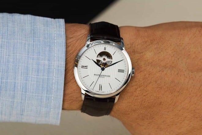 Herrenuhr Baume & Mercier Classima Automatik 40mm mit weißem Zifferblatt und Alligatorenleder-Armband bei Brogle