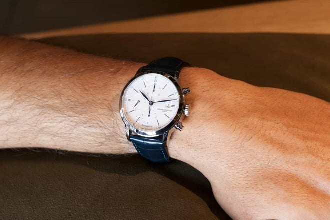 Herrenuhr Baume & Mercier Classima Automatik Chronograph 42mm mit weißem Zifferblatt und Alligatorenleder-Armband bei Brogle