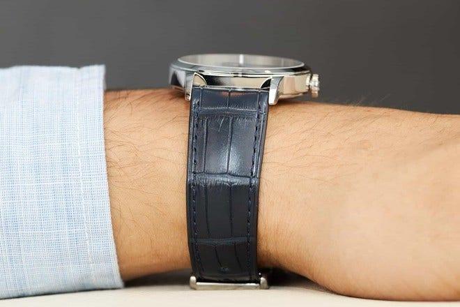 Herrenuhr Baume & Mercier Classima Automatik Dual Time mit weißem Zifferblatt und Alligatorenleder-Armband bei Brogle
