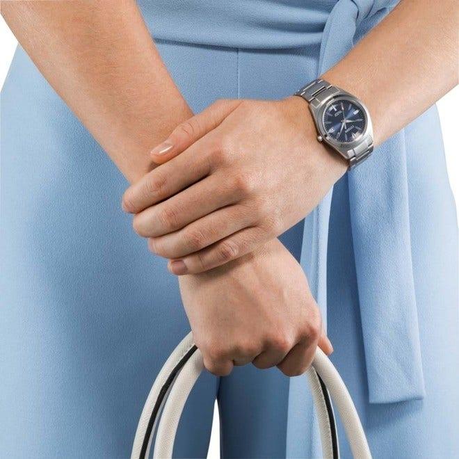 Damenuhr Citizen Super Titanium Damen mit blauem Zifferblatt und Titaniumarmband bei Brogle