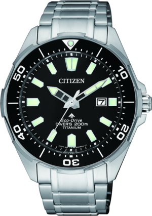 Herrenuhr Citizen Super Titanium Quarz 44mm mit schwarzem Zifferblatt und Titanarmband