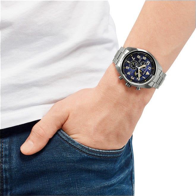 Herrenuhr Citizen Super Titanium Solar Chronograph 43mm mit blauem Zifferblatt und Titaniumarmband bei Brogle