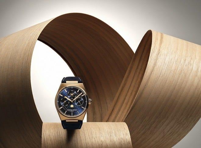 Herrenuhr Frederique Constant Highlife Perpetual Calendar Manufacture 41mm mit blauem Zifferblatt und Alligatorenleder-Armband bei Brogle