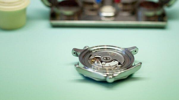 Gehäuse einer Uhr   Edelstahl, Gold, Titan, Platin, Keramik   Brogle-Ratgeber