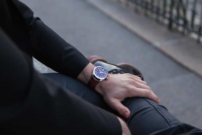 Herrenuhr Hamilton Broadway Automatik Day/Date 42mm mit blauem Zifferblatt und Kalbsleder-Armband bei Brogle