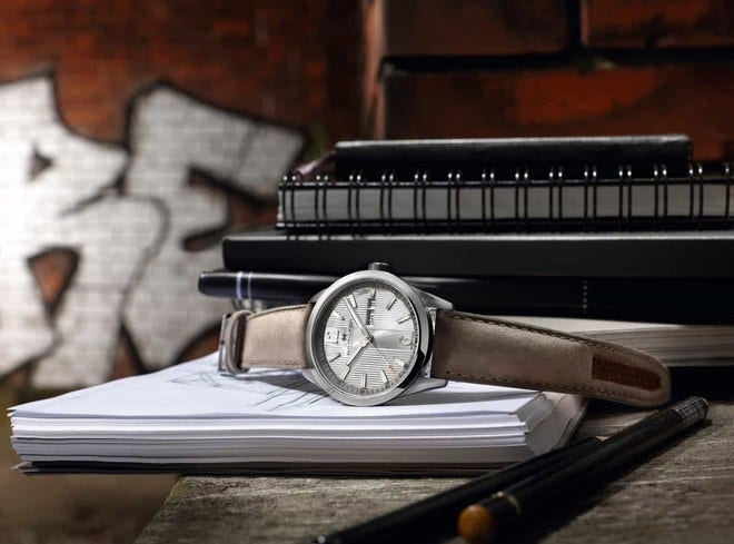 Herrenuhr Hamilton Broadway Day/Date Quarz 40mm mit weißem Zifferblatt und Kalbsleder-Armband bei Brogle