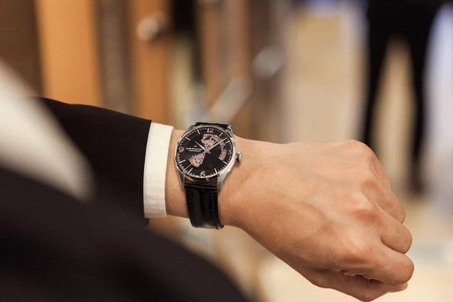 Herrenuhr Hamilton Jazzmaster Open Heart H-10 42mm mit schwarzem Zifferblatt und Armband aus Kalbsleder mit Krokodilprägung bei Brogle