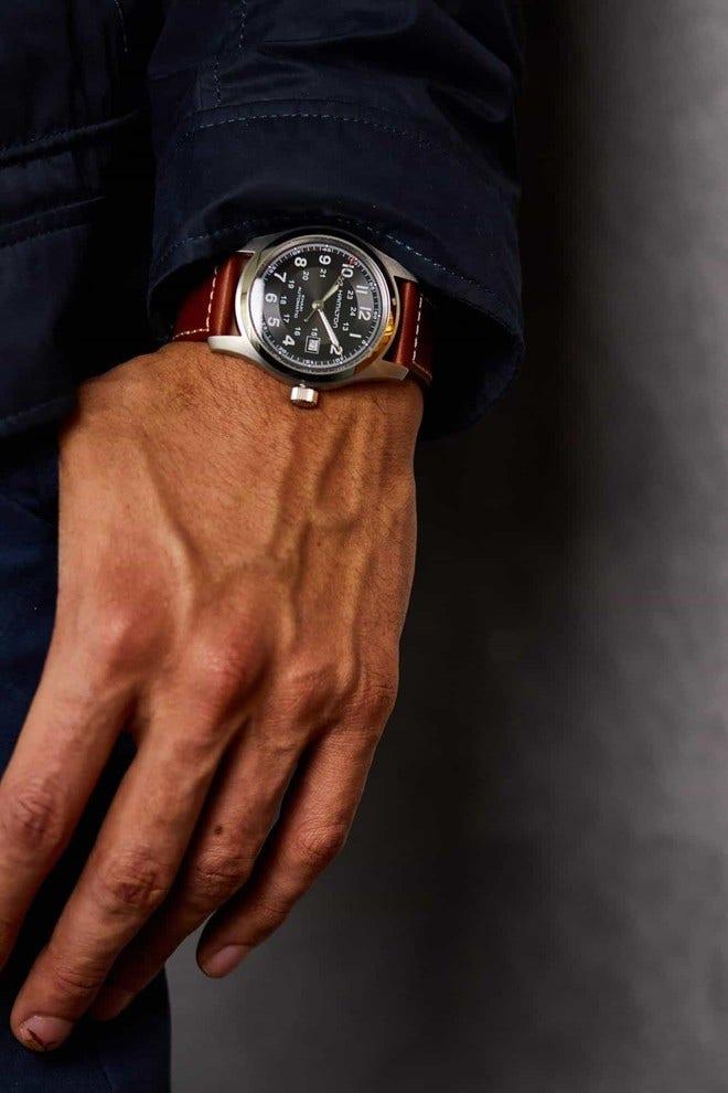Herrenuhr Hamilton Khaki Field Automatik 42mm mit schwarzem Zifferblatt und Kalbsleder-Armband bei Brogle