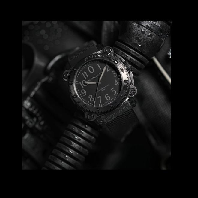 Herrenuhr Hamilton Khaki Navy Belowzero Titanium Auto 46mm mit schwarzem Zifferblatt und Kautschukarmband bei Brogle