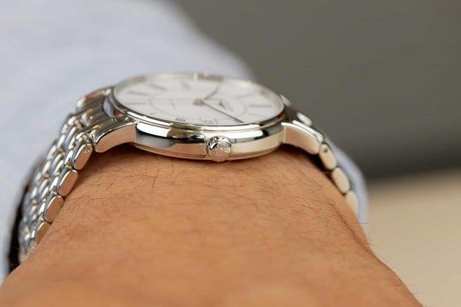 Armbanduhr Longines Présence Automatik 38,5mm mit weißem Zifferblatt und Edelstahlarmband bei Brogle