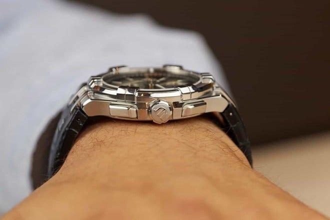 Herrenuhr Maurice Lacroix Aikon Quartz Chronograph mit schwarzem Zifferblatt und Armband aus Kalbsleder mit Krokodilprägung bei Brogle
