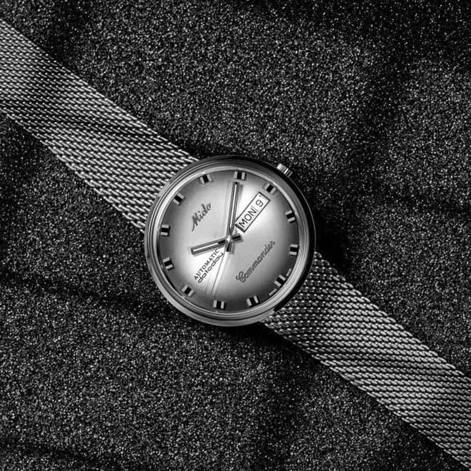 Armbanduhr Mido Commander 1959 mit anthrazitfarbenem Zifferblatt und Edelstahlarmband bei Brogle