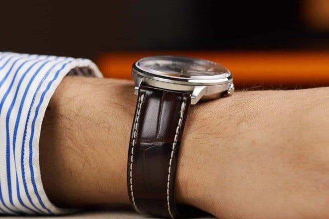 Herrenuhr Mido Commander II Chronometer mit silberfarbenem Zifferblatt und Armband aus Kalbsleder mit Krokodilprägung bei Brogle