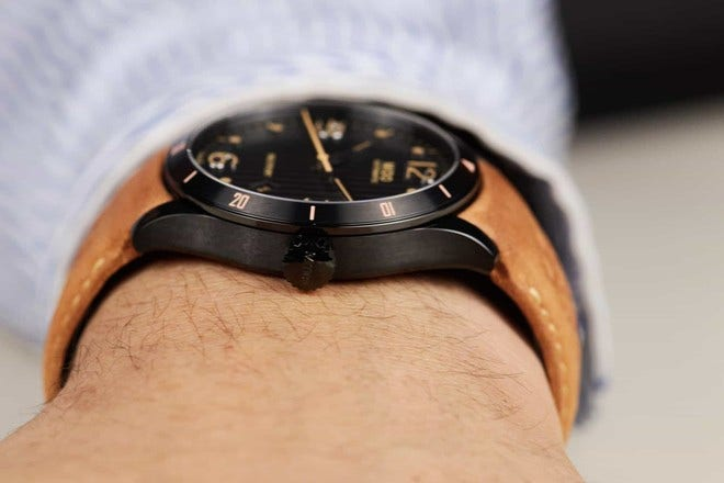 Herrenuhr Mido Multifort Aluminium Bezel mit schwarzem Zifferblatt und Kalbsleder-Armband bei Brogle