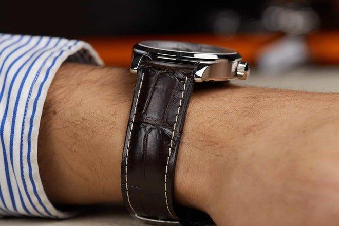 Herrenuhr Mido Multifort Gent mit silberfarbenem Zifferblatt und Armband aus Kalbsleder mit Krokodilprägung bei Brogle