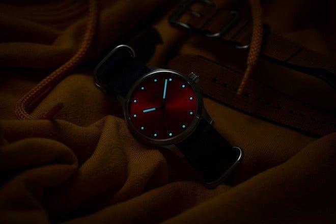 Armbanduhr Mühle Glashütte Panova Rot mit rotem Zifferblatt und Kalbsleder-Armband bei Brogle