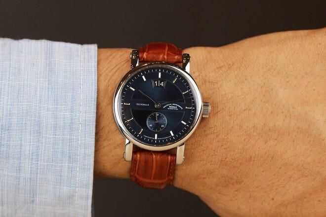 Herrenuhr Mühle Glashütte Teutonia II Großdatum Chronometer mit blauem Zifferblatt und Krokodilleder-Armband