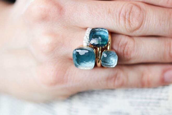 Ring Pomellato Nudo aus 750 Weißgold und 750 Roségold mit 1 Blautopas und mehreren Brillanten (0,73 Karat)
