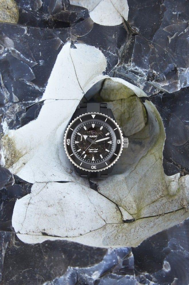 Herrenuhr Rado Captain Cook High-Tech Ceramic 43mm mit transparentem Zifferblatt und Keramikarmband bei Brogle