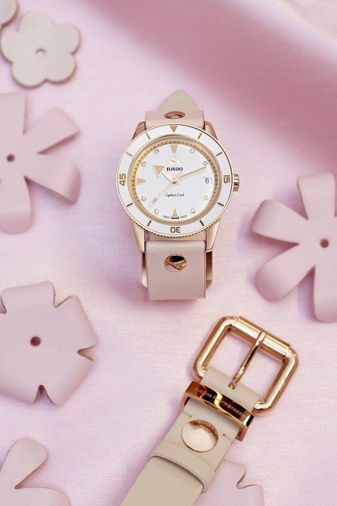 Damenuhr Rado Captain Cook Marina Hoermanseder Spezial Edition mit Diamanten, weißem Zifferblatt und Kalbsleder-Armband bei Brogle