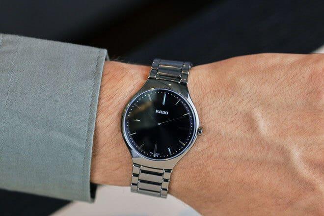 Armbanduhr Rado True Thinline L Quarz mit schwarzem Zifferblatt und Plasma-Keramikarmband
