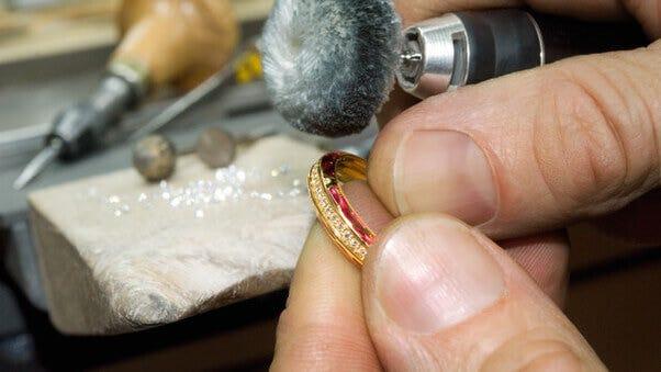 Reinigung von Gold - Die Methoden für Goldschmuck | Brogle-Ratgeber