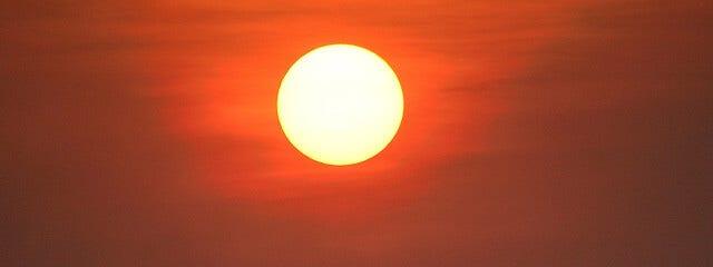 Richtet sich nach dem Lauf der Sonne