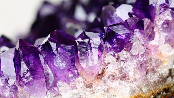 So entstehen die leuchtenden Farben von Edelsteinen