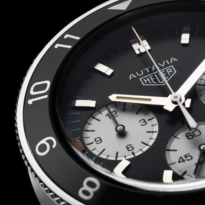 Herrenuhr TAG Heuer Autavia Automatic Chronograph mit schwarzem Zifferblatt und Kamelleder-Armband bei Brogle