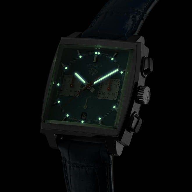 Herrenuhr TAG Heuer Monaco Calibre Heuer02 Chronograph mit blauem Zifferblatt und Alligatorenleder-Armband bei Brogle