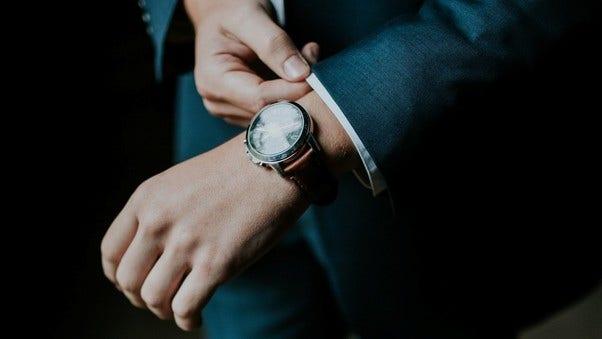 Uhrenberater mit stilvoller Uhr