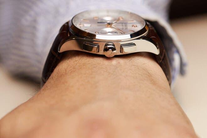 Herrenuhr Union Glashütte Noramis Chronograph mit silberfarbenem Zifferblatt und Armband aus Kalbsleder mit Krokodilprägung