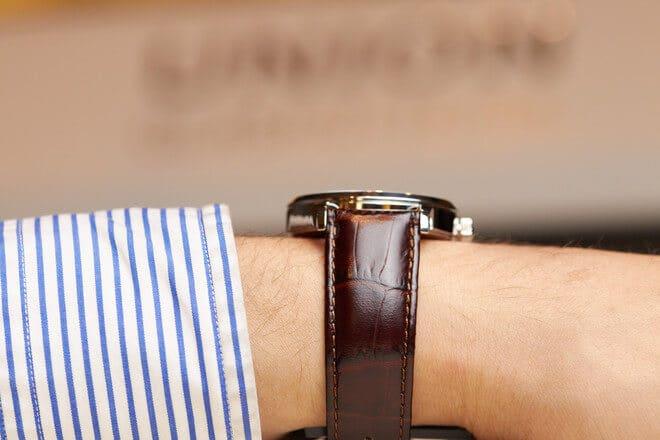 Herrenuhr Union Glashütte Noramis Gangreserve mit silberfarbenem Zifferblatt und Armband aus Kalbsleder mit Krokodilprägung