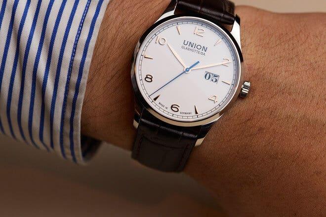 Herrenuhr Union Glashütte Noramis Großdatum mit weißem Zifferblatt und Armband aus Kalbsleder mit Krokodilprägung