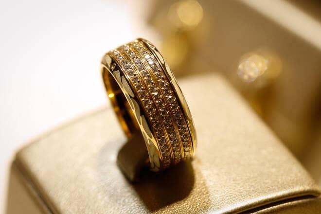 Ring Wellendorff Edel-Perlmutt aus 750 Gelbgold und Emaille mit mehreren Brillanten (1,354 Karat)