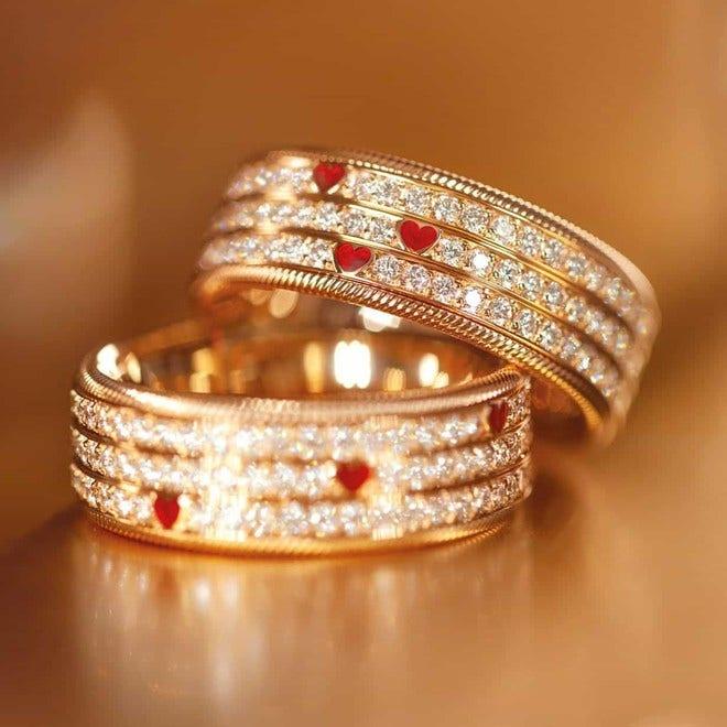 Ring Wellendorff Drei Herzen. Eine Liebe. aus 750 Gelbgold mit mehreren Brillanten (1,342 Karat) und Wellendorff-Kaltemaille bei Brogle