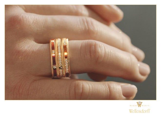 Ring Wellendorff Glück ist. aus 750 Gelbgold mit mehreren Brillanten (0,722 Karat) und Wellendorff-Kaltemaille bei Brogle